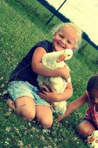 Husa s dítětem